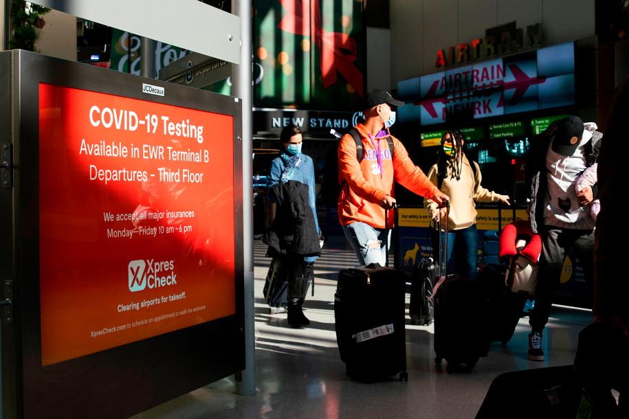 Các hành khách di chuyển ở sân bay quốc tế Newark, thành phố Newark, bang New Jersey, cuối tuần qua. Ảnh: AFP.