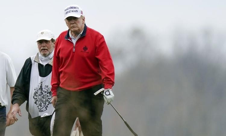 Tổng thống Trump chơi golf tại câu lạc bộ golf quốc gia Trump ở Sterling, bang Virginia, ngày 21/11. Ảnh: AP.