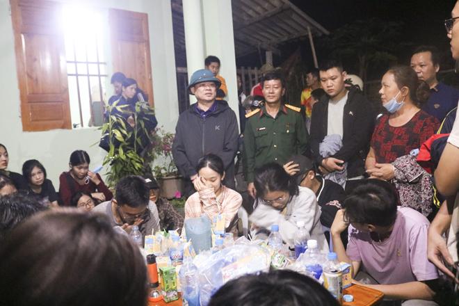 27 học sinh được đưa về nhà an toàn, tối 22/11, và được ông Hoàng Duy Chinh (đội mũ), Bí thư tỉnh Bắc Kạn, trực tiếp hỏi thăm. Ảnh: CAND