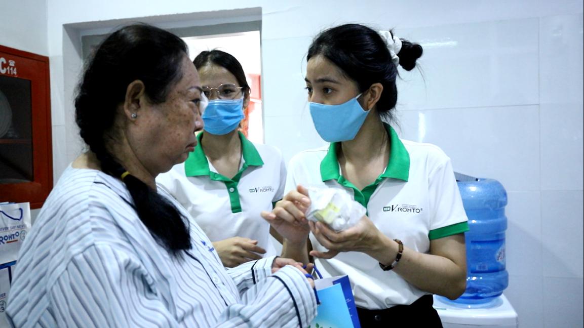 Công ty tổ chức mổ mắt miễn phí cho người dân có hoàn cảnh khó khăn. Ảnh: Rohto-Mentholatum.