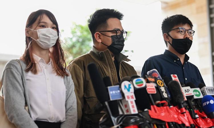 Từ trái qua phải: Agnes Chow, Ivan Lam và Joshua Wong trả lời báo chí trước phiên tòa sáng nay. Ảnh: AFP.