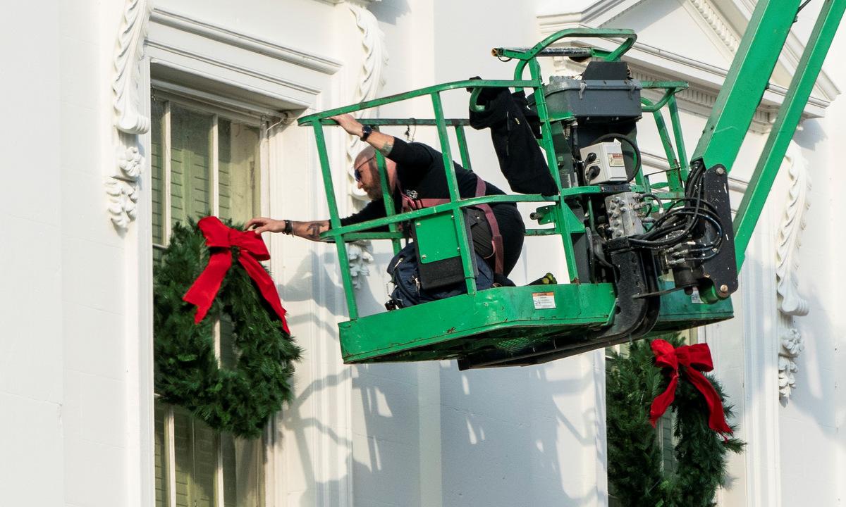 Nhân viên trang trí bên ngoài Nhà Trắng hôm 21/11. Ảnh: Reuters.