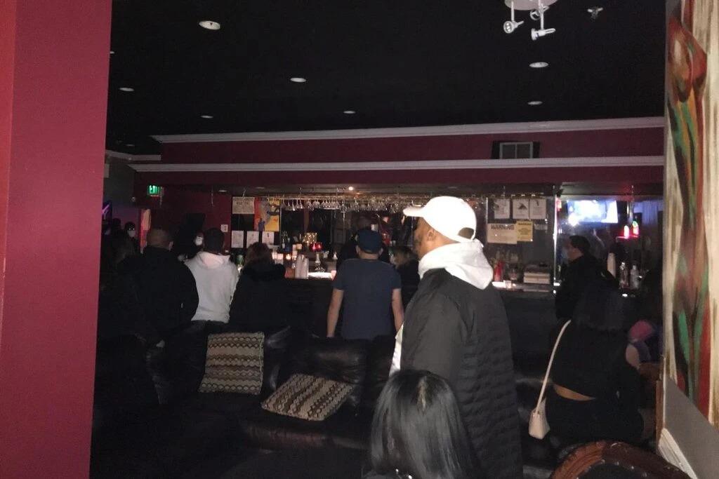 Những người tiệc tùng trong câu lạc bộ sex ở Queens, New York, hôm 22/11. Ảnh: Cảnh sát New York