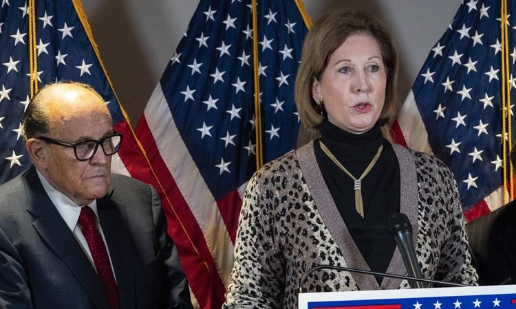 Rudolph Giuliani (trái) và Sidney Powell phát biểu trong họp báo tại trụ sở Ủy ban Quốc gia đảng Cộng hòa ở thủ đô Washington hôm 19/11. Ảnh: AP.