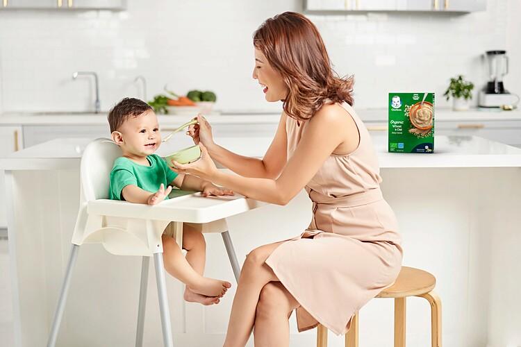 Mỗi phụ huynh nên có các tiêu chuẩn chính xác, tiêu chí khắt khe để chọn lựa thực phẩm chất lượng, an toàn cho trẻ nhỏ ngay từ giai đoạn ăn dặm đầu đời. Ảnh minh họa.