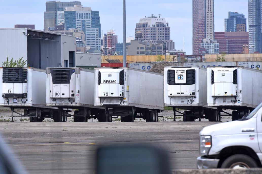 Khoảng 650 thi thể đang được lưu trữ trong các xe tải đông lạnh ở Bến tàu Phố 39, khu Brooklyn, New York. Ảnh: New York Post.