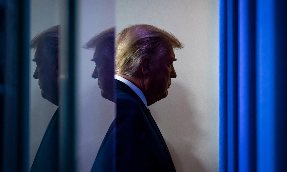 Tổng thống Donald Trump rời đi sau bài phát biểu về giá thuốc ở Nhà Trắng hôm 20/11. Ảnh: Washington Post.