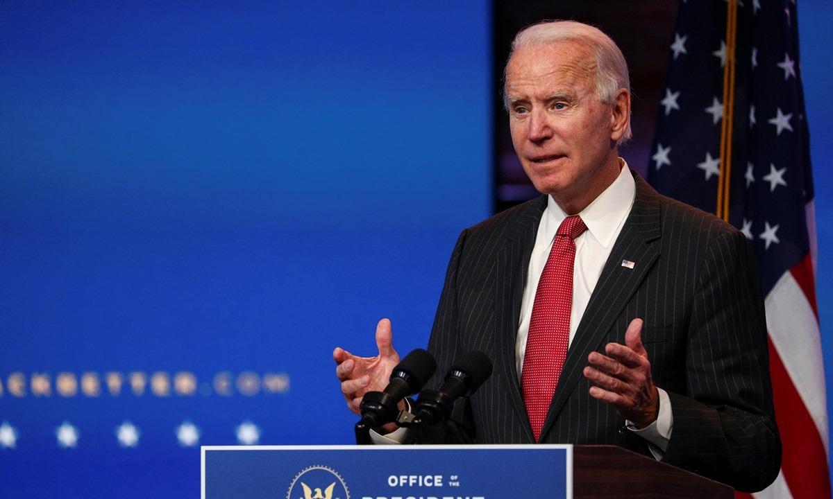 Joe Biden trò chuyện với phóng viên sau cuộc họp trực tuyến với các thành viên của ủy ban điều hành Hiệp hội Thống đốc Quốc gia tại Wilmington, Delaware, hôm 19/11. Ảnh: Reuters.