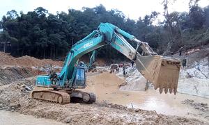 Đào đáy sông Rào Trăng tìm thi thể công nhân