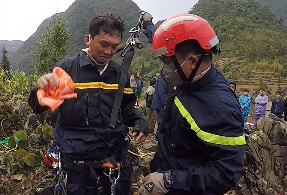 Thiếu tá Thành (trái) nhận nhiệm vụ xuống hang sâu 280 m để đưa thi thể nạn nhân lên. Ảnh: PC07 cung cấp.