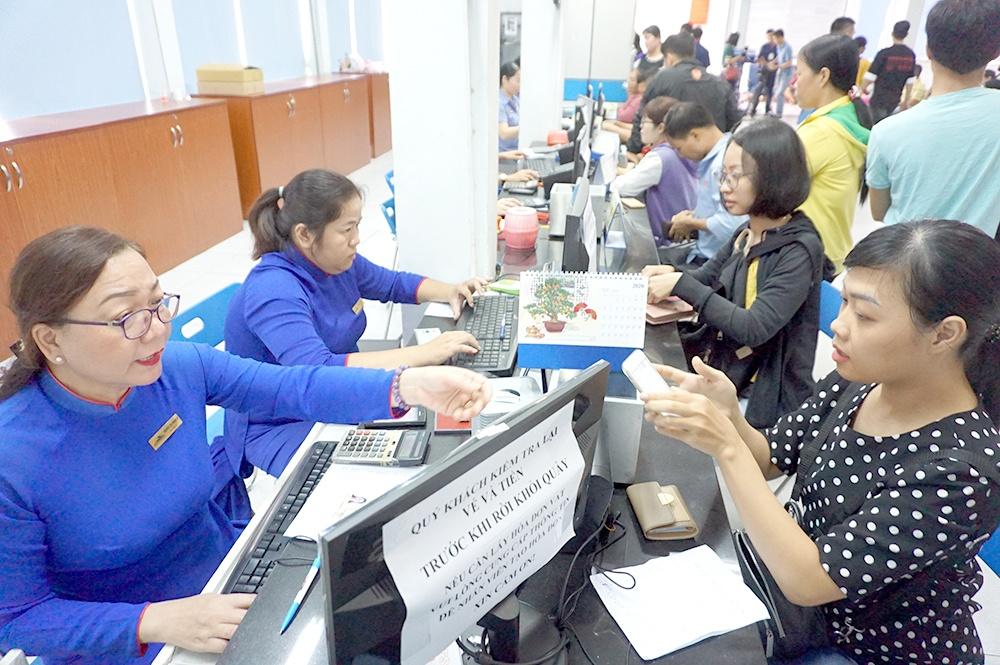 Hành khách mua vé tàu tại ga Sài Gòn. Ảnh: VR.