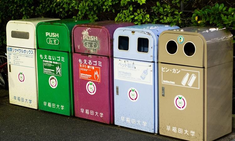 Những chiếc thùng chuyên chứa những loại rác thải khác nhau được đặt trên đường phố Nhật Bản. Ảnh: Flickr.