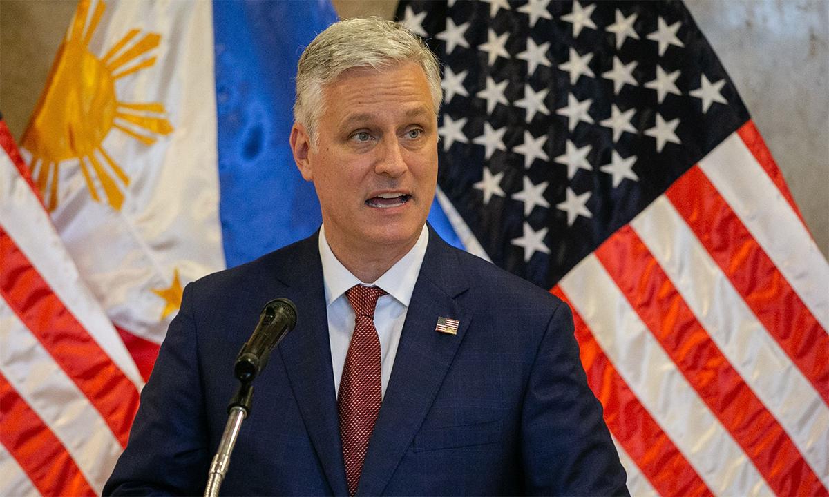 Cố vấn An ninh Quốc gia Mỹ Robert OBrien phát biểu tại trụ sở Bộ Ngoại giao Philippines ở Manila, ngày 23/11. Ảnh: Reuters.
