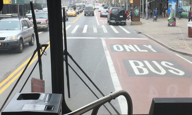 Không ít tài xế ở New York vẫn dừng, đỗ xe trên làn đường dành riêng cho xe buýt. Ảnh: Gustavo Solis