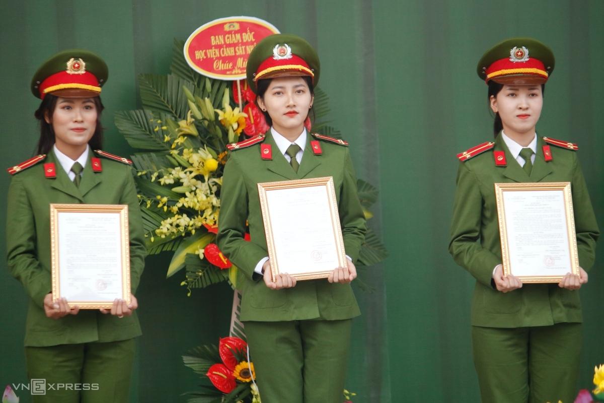 Nguyễn Hồng Phượng (đứng giữa) cùng các sinh viên D42 Việt Nam nhận quyết định phong cấp bậc trong lễ tốt nghiệp, sáng 25/11. Ảnh: Thanh Hằng