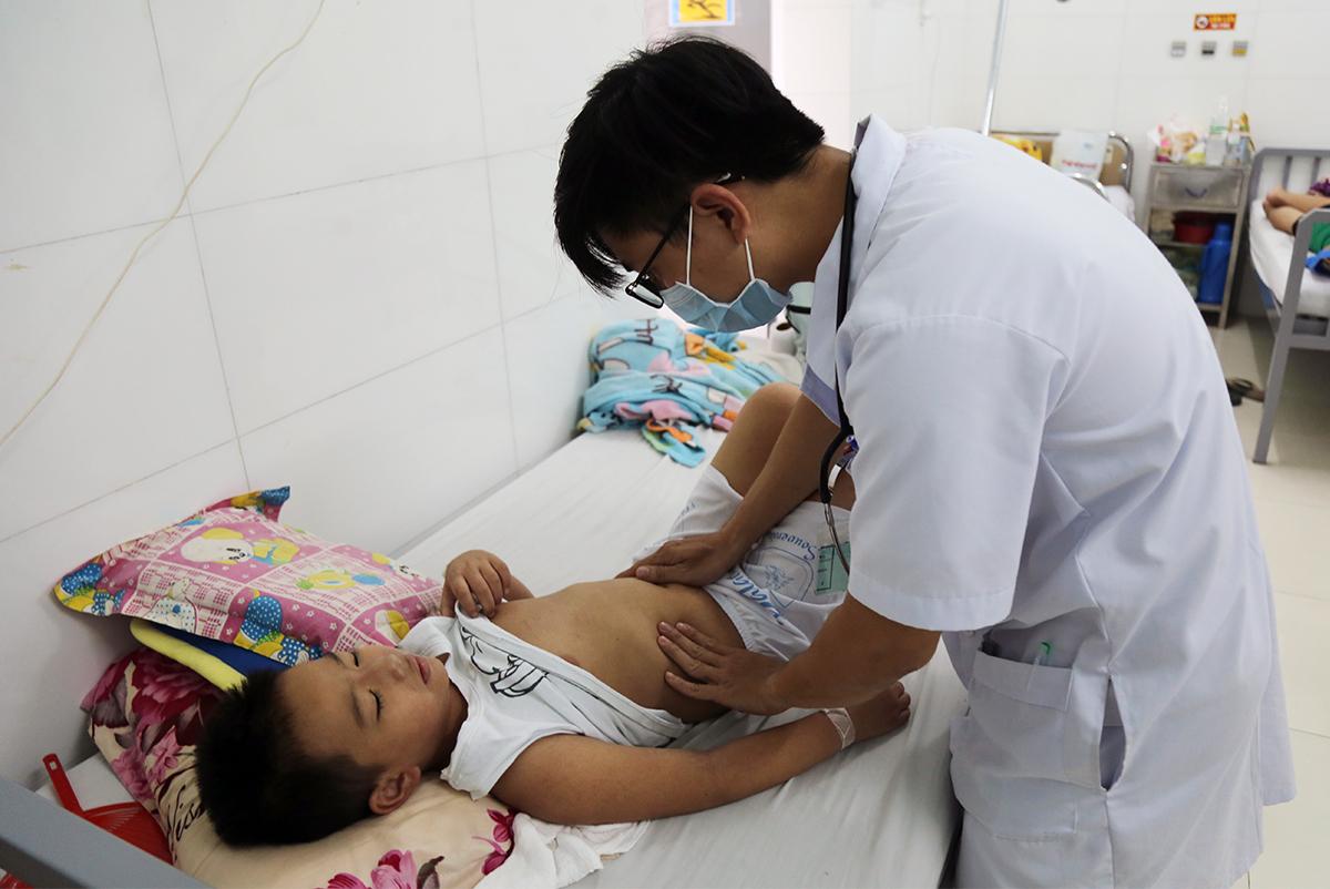 Bác sĩ Bệnh viện Nhiệt đới Khánh Hòa kiểm tra sức khỏe bệnh nhi nhiễm sốt xuất huyết, sáng 25/11. Ảnh: Xuân Ngọc.