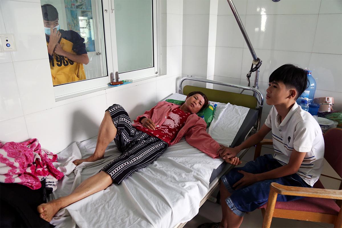 Bà Lưu Thị Mộng Thường cùng con trai đang điều trị sốt xuất huyết tại bệnh viện, sáng 25/11. Ảnh: Xuân Ngọc.