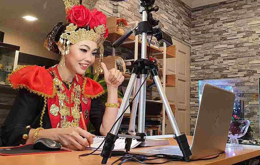 Cô Nancy mặc trang phục cô dâu của cộng đồng người Melanau, Malaysia. Ảnh: Nancy Maria.