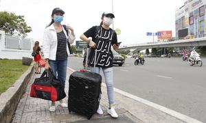 Cuốc bộ ra cổng sân bay đón taxi công nghệ