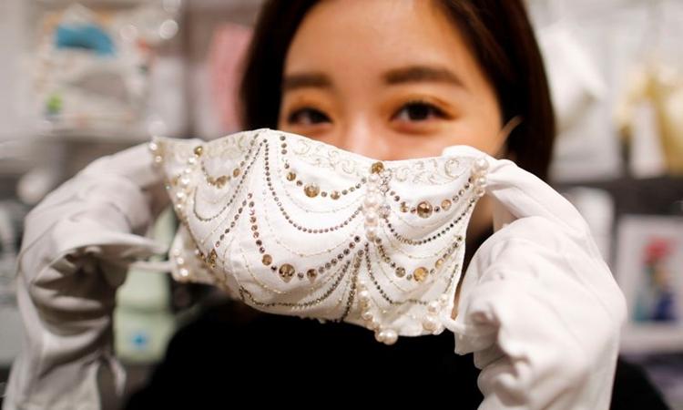 Một chiếc khẩu trang được đính kim cương, pha lê có giá 9.640 USD tại Tokyo, Nhật Bản, hôm 25/11. Ảnh: Reuters.