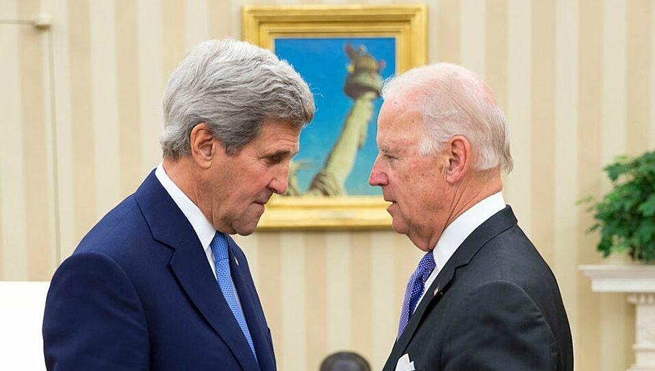 Joe Biden (phải) và cựu ngoại trưởng John Kerry tại Nhà Trắng năm 2014. Ảnh: White House.