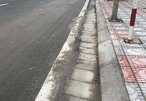 Đỗ xe cách 25 cm tính theo vạch sơn hay mép vỉa hè?