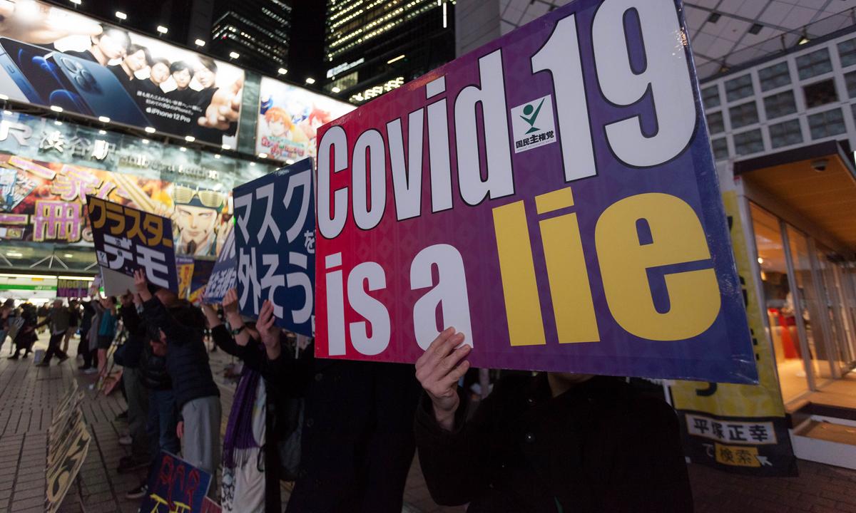 Những người biểu tình phản đối đeo khẩu trang tại Tokyo, Nhật Bản, hôm 21/11. Ảnh: Reuters.