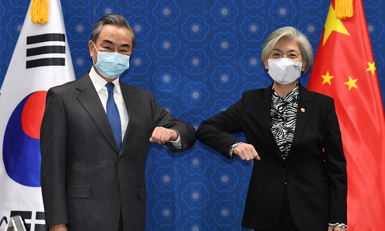 Ngoại trưởng Trung Quốc Vương Nghị (trái) và Ngoại trưởng Hàn Quốc Kang Kyung-wha tại Seoul hôm nay. Ảnh: Reuters.