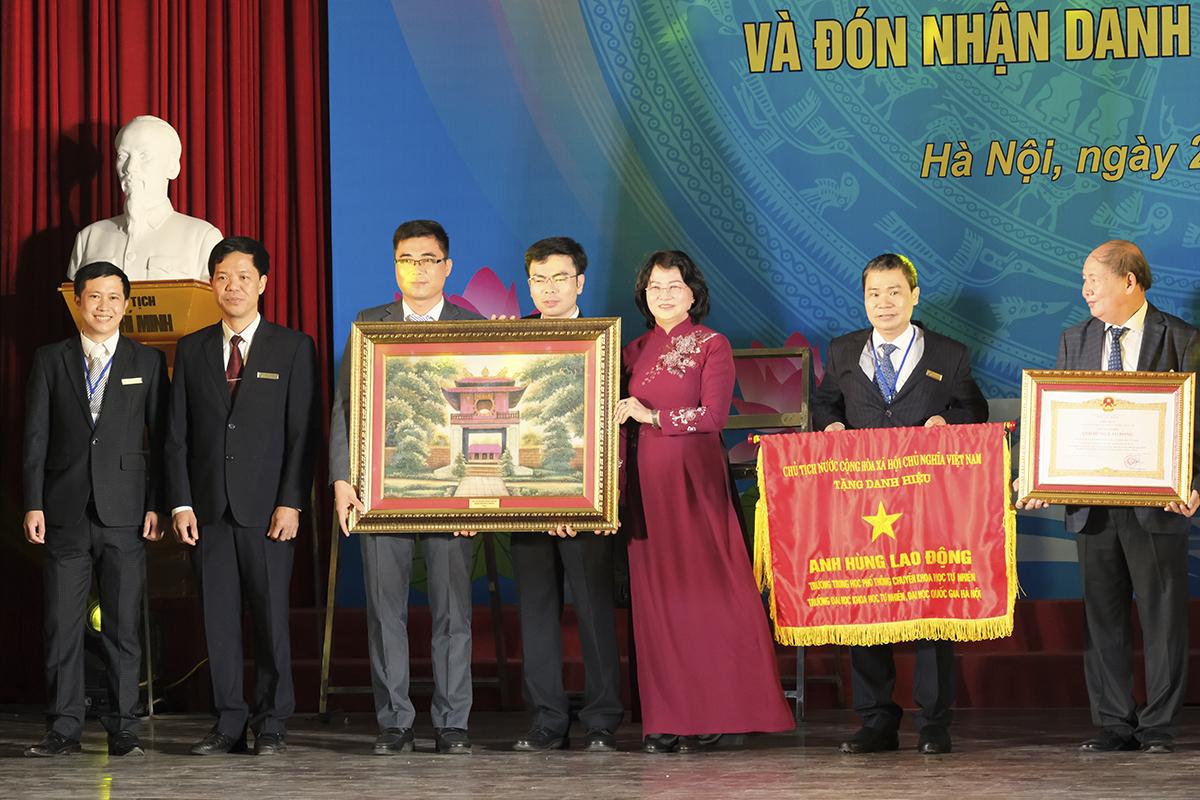 Phó chủ tịch nước Đặng Thị Ngọc Thịnh trao danh hiệu Anh hùng lao động thời kỳ đổi mới và quà cho trường THPT chuyên Khoa học tự nhiên trong dipij kỷ niệm thành lập trường sáng 26/11. Ảnh: Dương Tâm.