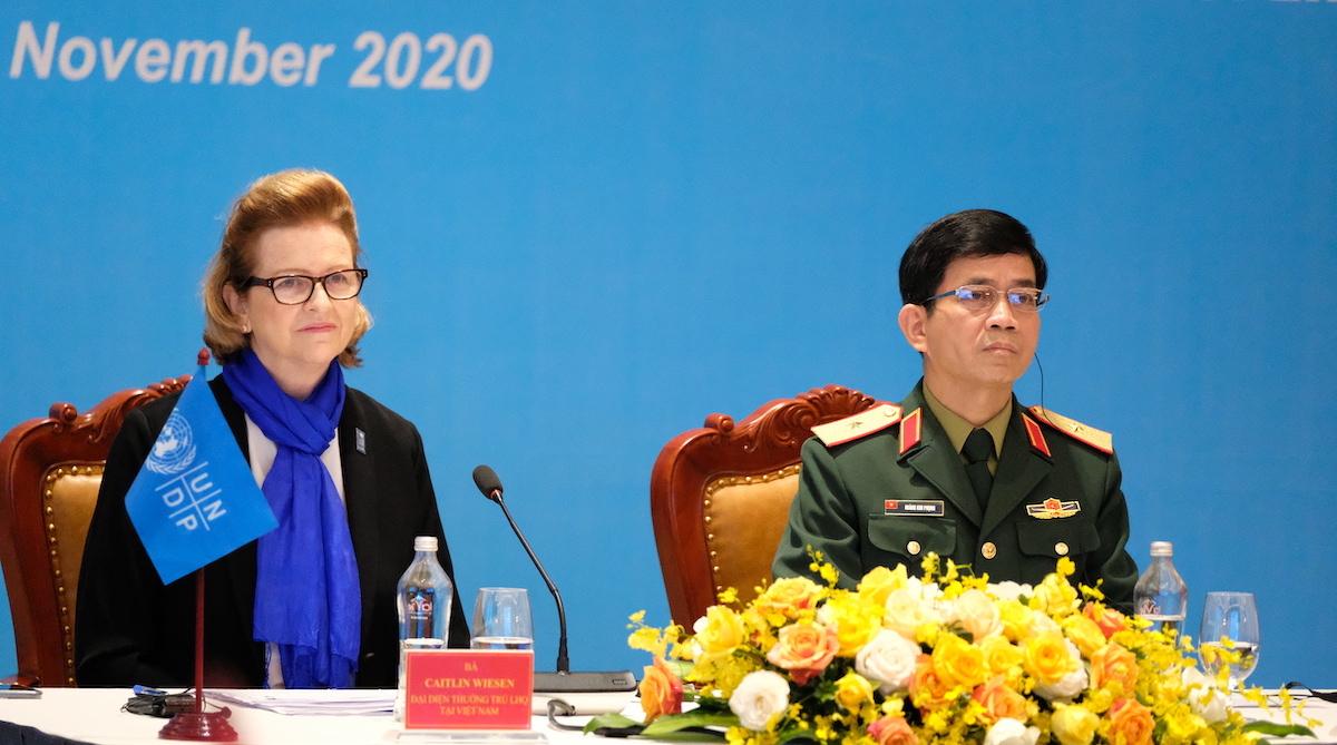 Bà Caitlin Wiesen, trưởng đại diện thường trú Chương trình Phát triển Liên Hợp Quốc (UNDP) tại Việt Nam và Thiếu tướng Hoàng Kim Phụng, Cục trưởng Gìn giữ hòa bình Việt Nam chủ trì thảo luận tại hội nghị. Ảnh: Hoàng Thùy