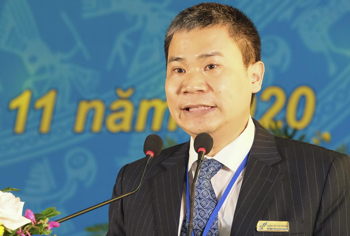 Ông Lê Công Lợi, Hiệu trưởng trường THPT chuyên Khoa học tự nhiên đọc diễn văn chào mừng kỷ niệm thành lập trường sáng 26/11. Ảnh: Dương Tâm.