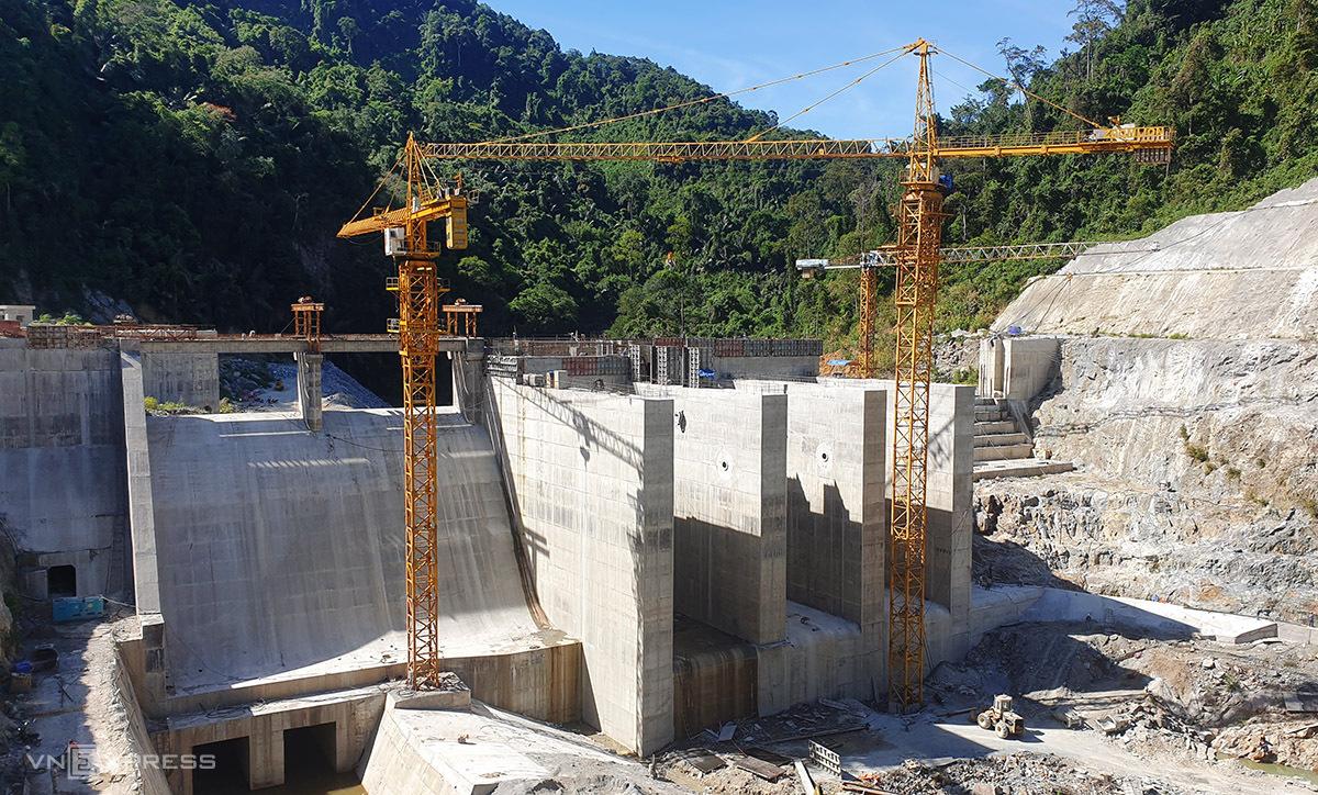 Một thủy điện được xây dựng trên sông Đắk Mi, huyện Phước Sơn, Quảng Nam. Ảnh: Đắc Thành.