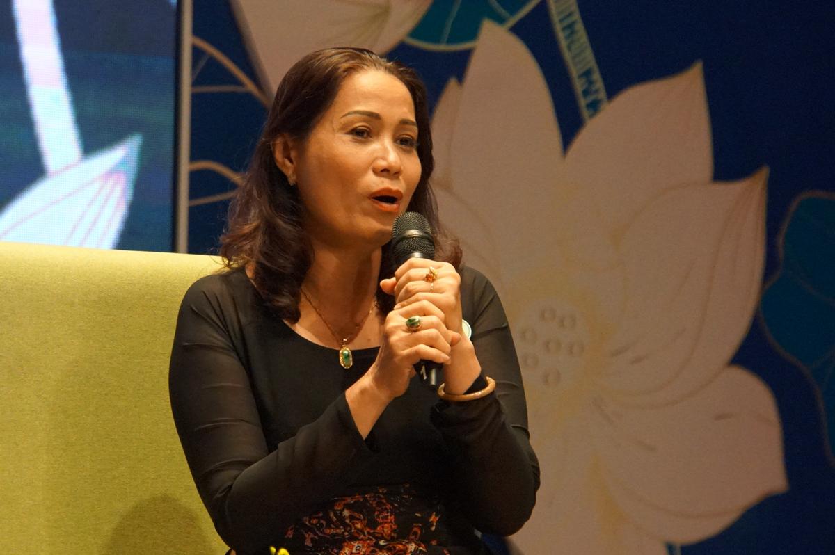 Cô Lê Thị Kim Chi chia sẻ chuyện nghề tại lễ trao giải thưởng Võ Trường Toản ngày 25/11. Ảnh: Mạnh Tùng.