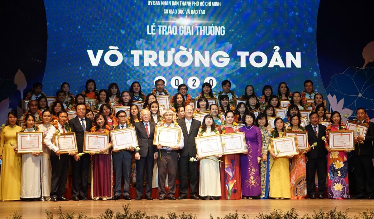 50 nhà giáo nhận giải thưởng Võ Trường Toản của ngành giáo dục TP HCM ngày 25/11. Ảnh: Mạnh Tùng.
