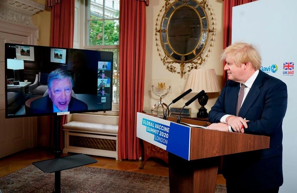 Thủ tướng Anh lắng nghe Bill Gates phát biểu tại Hội nghị Ảo về Tiêm chủng tại Số 10 phố Downing, London, hôm 4/6. Ảnh: Reuters