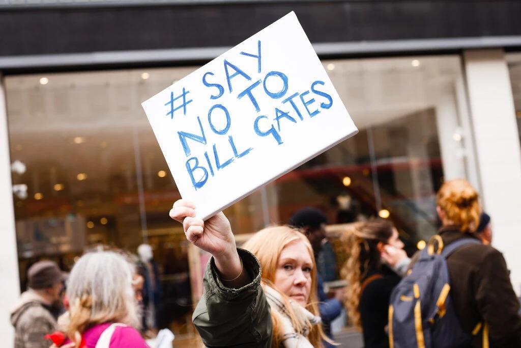 Một người giơ biển đề chữ Nói không với Bill Gates khi tham gia biểu tình chống các biện pháp hạn chế Covid-19 ở London. Ảnh: NurPhoto