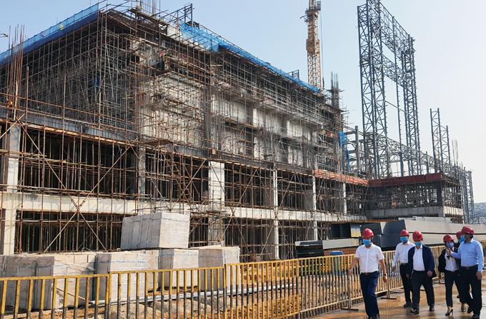 Lãnh đạp thành phố Hà Nội đi kiểm tra đôn đốc tiến độ xây dựng nhà máy điện rác công suất 4.000 tấn/ngày tại Khu liên hợp xử lý chất thải Sóc Sơn hồi đầu tháng 11. Ảnh: Võ Hải.