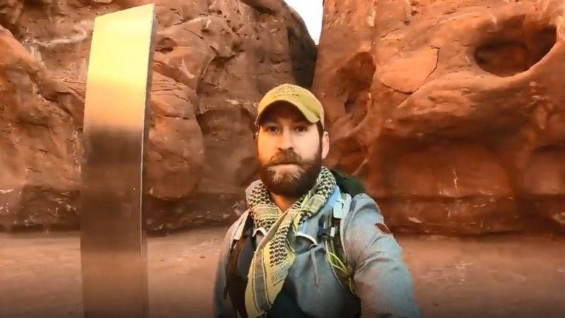 David Surber, cựu sĩ quan bộ binh của quân đội Mỹ, 33 tuổi, lái xe 6 tiếng xuyên đêm đến chỗ cột kim loại ở sa mạc bang Utah. Ảnh: David Surber.