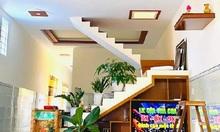 Gia chủ xây cầu thang dẫn lên trần nhà