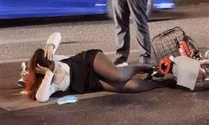 Cô gái nằm thư giãn sau khi va chạm với ôtô