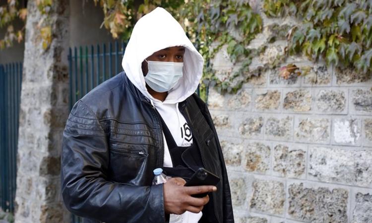 Michel Zecler trên đường tới cơ quan cảnh sát ở Paris hôm 26/11. Ảnh: AP.
