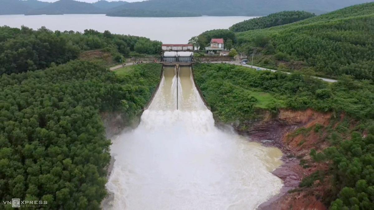 Hồ Kẻ Gỗ xả lũ, tháng 10/2020. Ảnh: Đức Hùng
