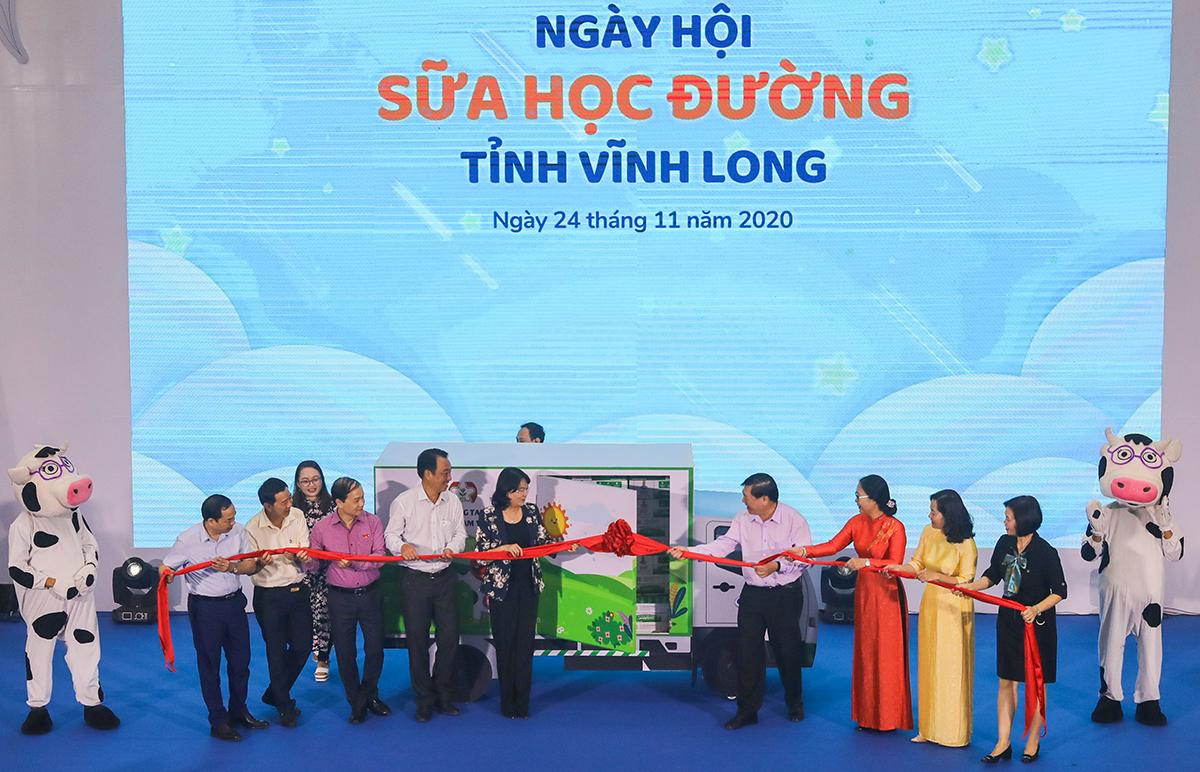 Bà Đặng Thị Ngọc Thịnh cùng các đại biểu phát động chương trình Sữa học đường hôm 24/11.