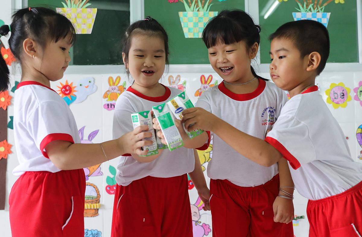 Các em trường Mầm non Lục Sĩ Thành (huyện Trà Ôn, tỉnh Vĩnh Long) uống sữa học đường trong năm học 2020-2021. Ảnh: Quỳnh Trần.