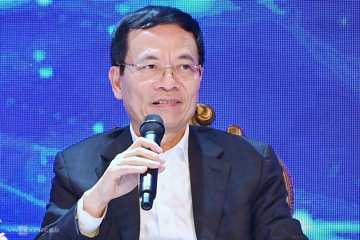 Bộ trưởng Nguyễn Mạnh Hùng trả lời trong phiên đối thoại. Ảnh: Giang Huy.