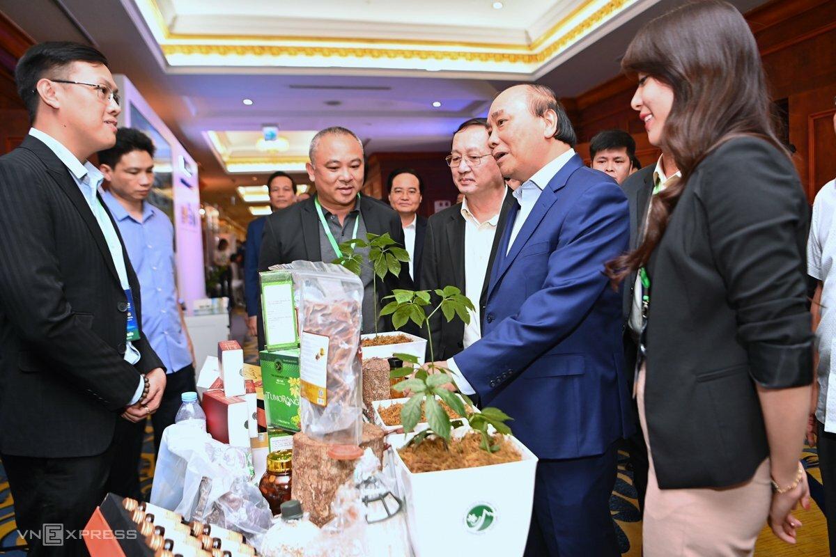 Thủ tướng Nguyễn Xuân Phúc và Bộ trưởng Huỳnh Thành Đạt (thứ hai và thứ ba từ phải qua) tham quan gian hàng của startup tại phiên khai mạc. Ảnh: Giang Huy.
