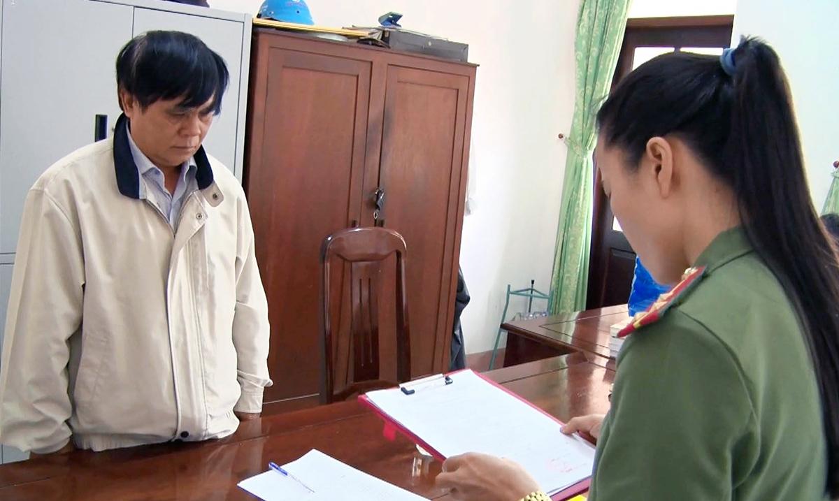 Ông Phạm Văn Dũng, nguyên Phó giám đốc Sở Nội vụ Phú Yên, nghe đọc quyết định khởi tố, hồi tháng 2. Ảnh: Công an cung cấp.