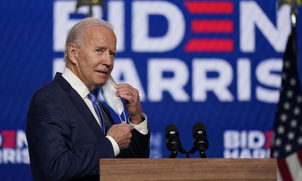 Joe Biden tháo khẩu trang trước khi phát biểu tại Wilmington, bang Delaware hôm 6/11. Ảnh: AP.