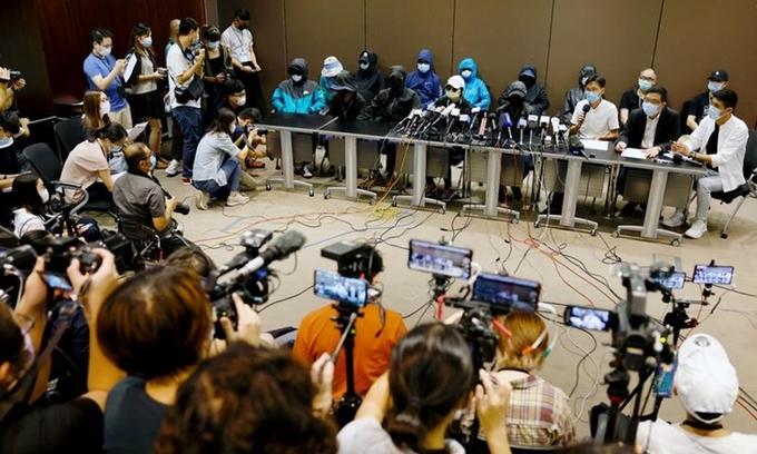 Thân nhân 12 người đào tẩu Hong Kong tổ chức họp báo ở đặc khu hôm 12/9. Ảnh: Reuters.
