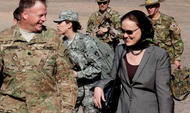 Flournoy (phải) thăm một căn cứ hỏa lực của Mỹ tại Afghanistan năm 2011. Ảnh: Bộ Quốc phòng Mỹ.